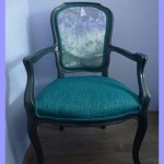 Oude stoel met spiritueel tintje met amethist