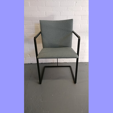 Metalen buizen stoel opnieuw bekleed